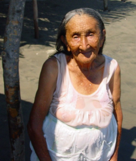 http://www.kahunavideo.com/images/Old_woman_on_the_beach_in_Cuco.JPG